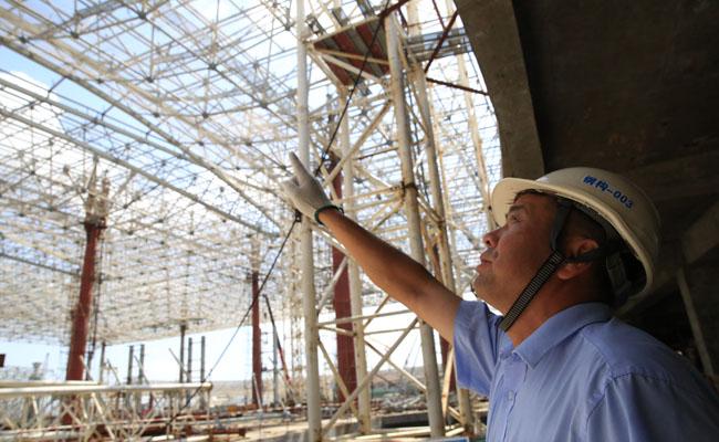 胡从柱向记者介绍港珠澳大桥珠海口岸旅检大楼项目。(图片由受访者提供)