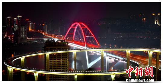 图为邓文中参与设计的重庆菜园坝长江大桥。 钟欣 摄